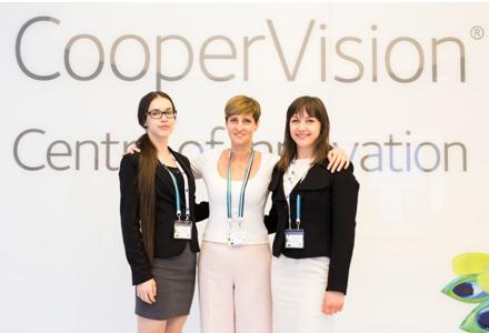 A CooperVision FORCE Az Év Hallgatója döntősei: Gulyás Tímea (balra) és Istvánfi Kinga témavezetőjükkel, Dr. Tapasztó Beátával (középen).