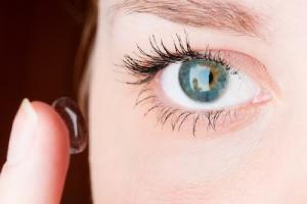 A kontaktlencsék felhelyezése
